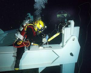 750px-US_Navy_020723-N-7479T-002_Navy_diver_conducts_deep_sea_salvage_operations.jpg