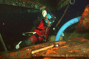 800px-US_Navy_010703-N-5329L-005_Diver_working_on_USS_Monitor_salvage.jpg